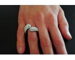 Prachtig  damesring afgewerkt met glinsterende steentjes